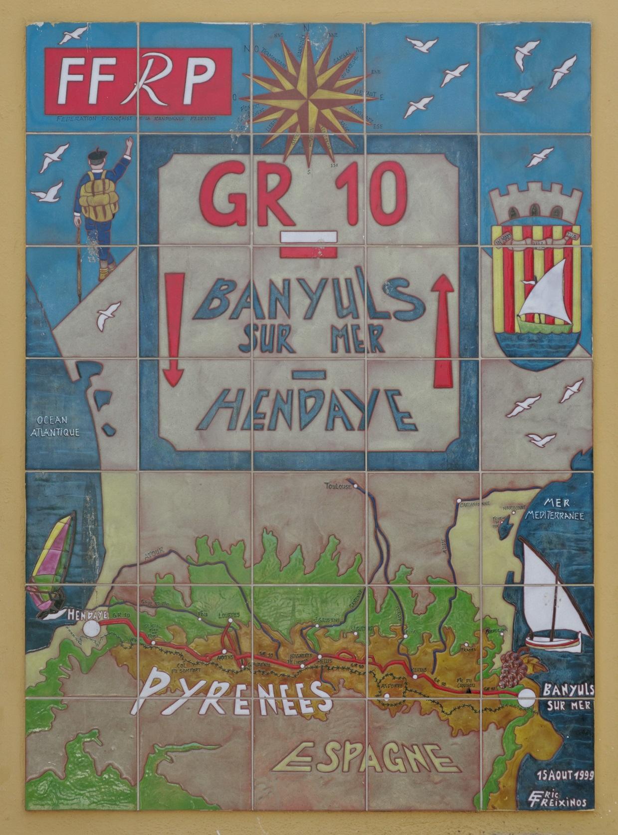 La stèle du GR sur la mairie de Banyuls